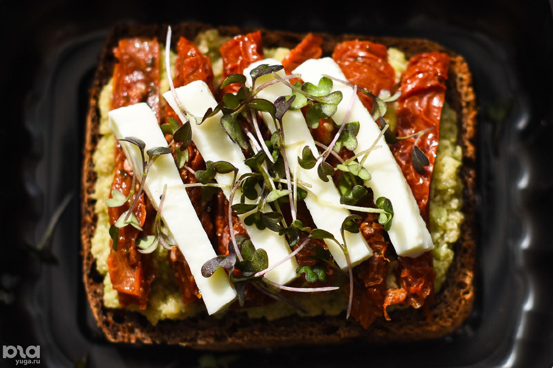 Тост с гуакамоле и вялеными томатами