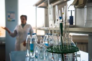 Лаборатория завода «Гейзер-Юг» ©Фото Елены Синеок, Юга.ру