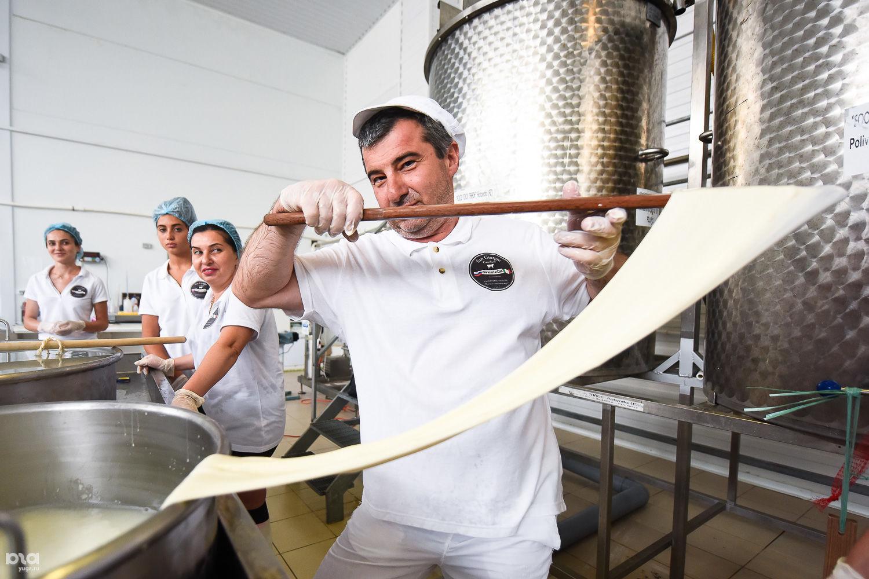 Олег Цихиев готовит сыр страчателлу