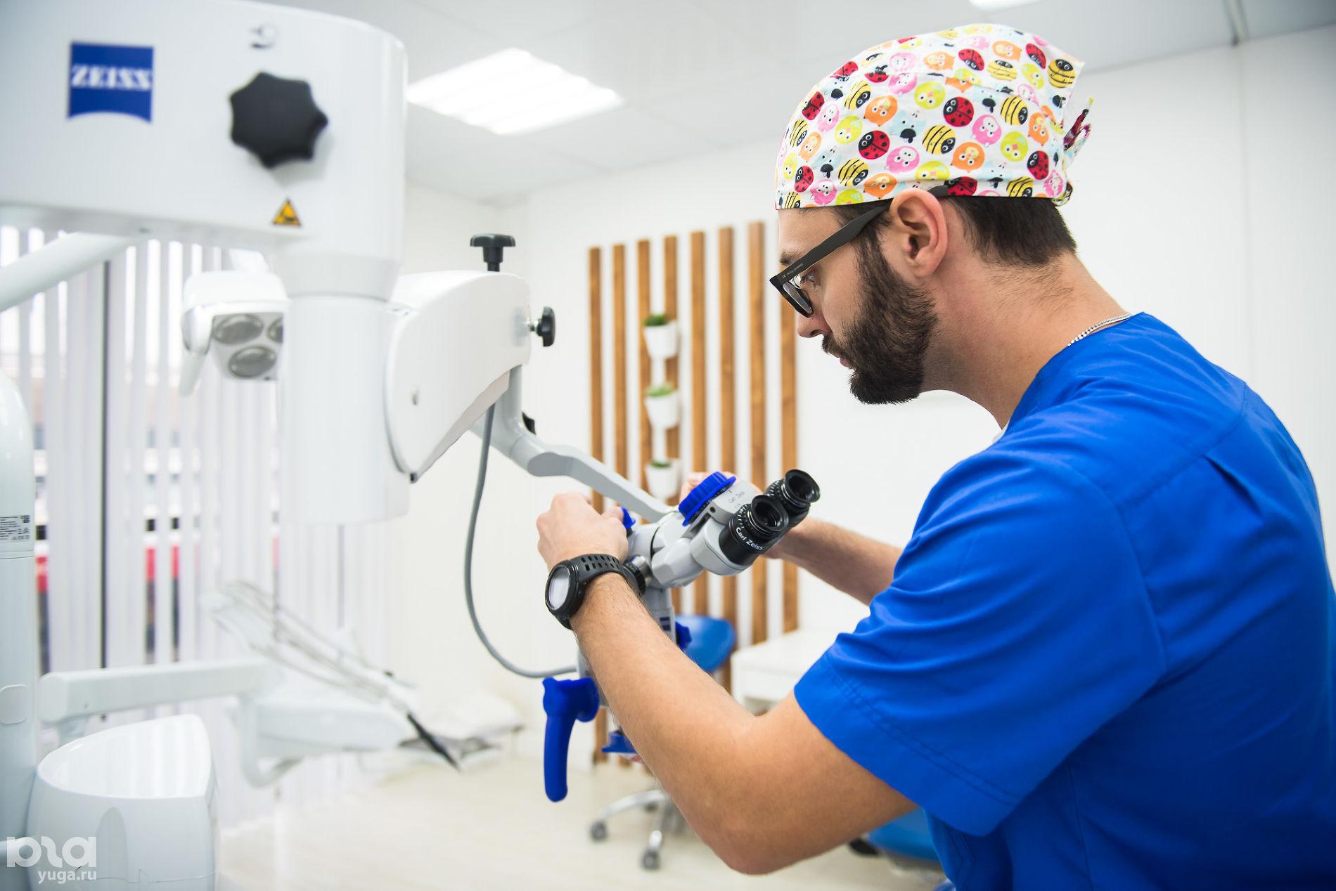 Микроскоп в клинике World Dent © Фото Елены Синеок, Юга.ру