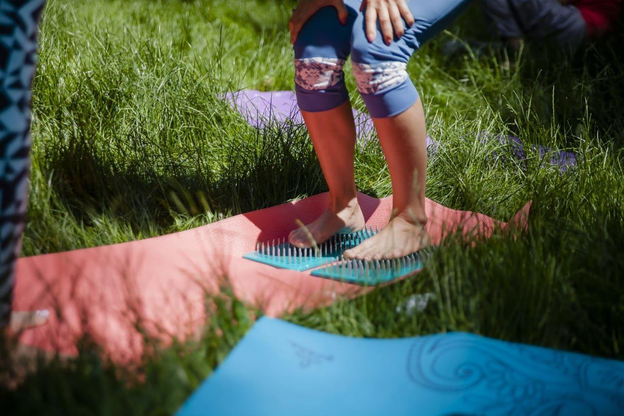 Мария Юматова помогает ученикам становиться на гвозди © Фото проекта «Йога в парках Краснодара»