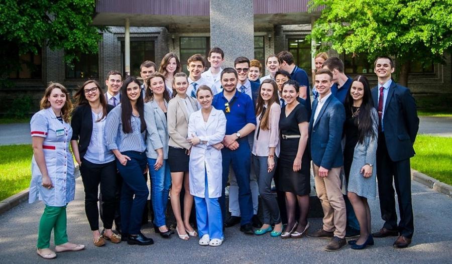 Илья Фоминцев и студенты «Высшей школы онкологии» © Фото с сайта nenaprasno.ru