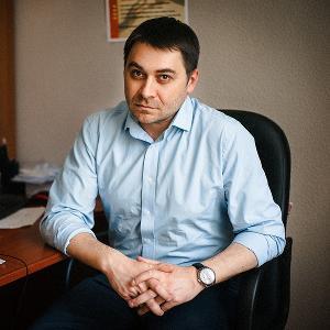 Илья Фоминцев — врач-онколог, исполнительный директор фонда по борьбе с раком «Не напрасно». В 2002 году окончил медицинский факультет МГУ им. Н.П. Огарева, в 2004 году окончил ординатуру на кафедре онкологии СПбМАПО.