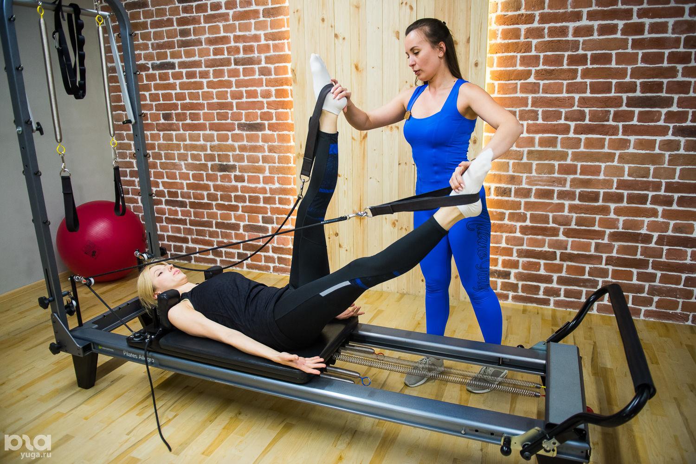 Упражнения на пилатес-кровати