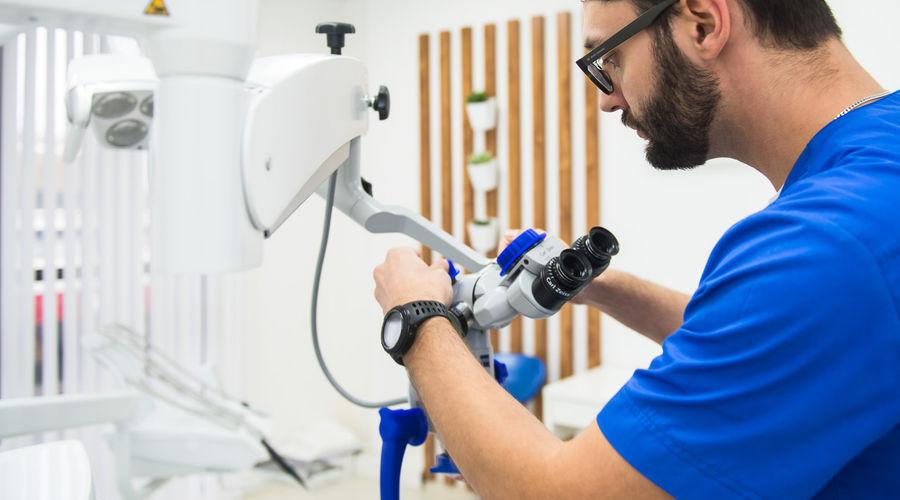 Стоматолог-ортопед клиники World Dent демонстрирует микроскоп © фото Елены Синеок, Юга.ру