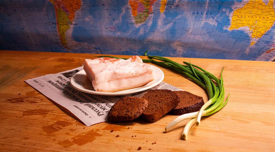 Сало, черный хлеб и зеленый лук © Фото Дмитрия Пославского, Юга.ру