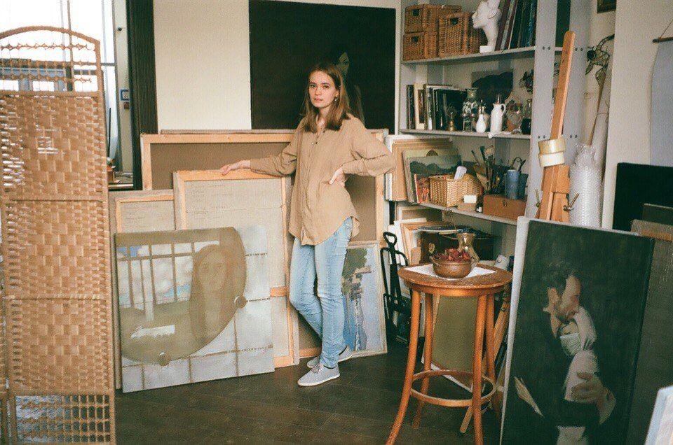 Полина в мастерской с картинками проекта «Вдохнуть и не дышать»