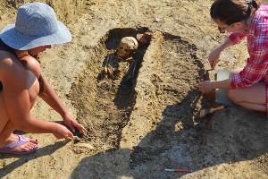 Расчистка эллинистического погребения ©Фото пресс-службы фонда Олега Дерипаски «Вольное дело»