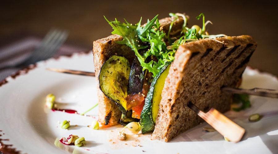 Вегетарианский сендвич с соусом из кедровых орехов © фото Елены Синеок, Юга.ру