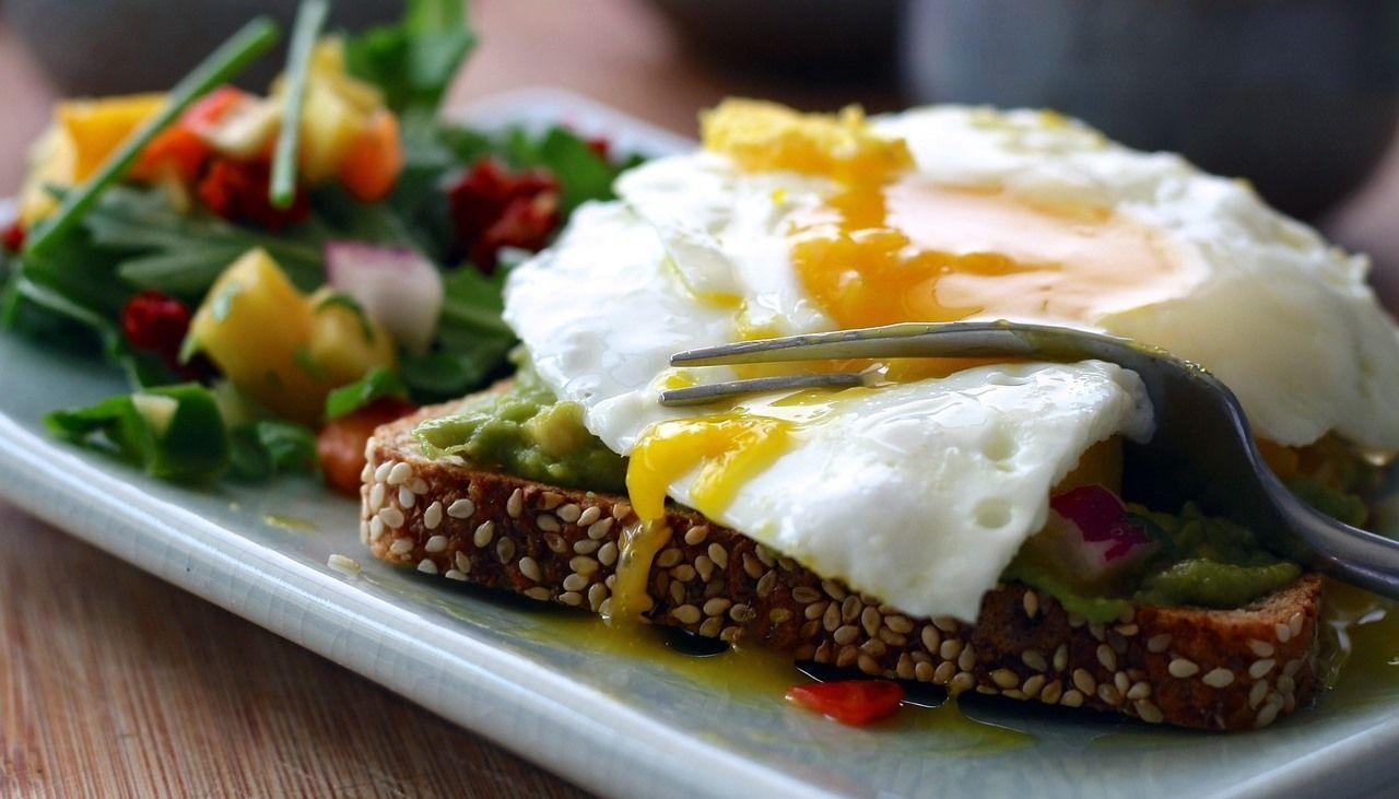 Тост с яичницей и авокадо ©Изображение Aline Ponce с сайта pixabay.com