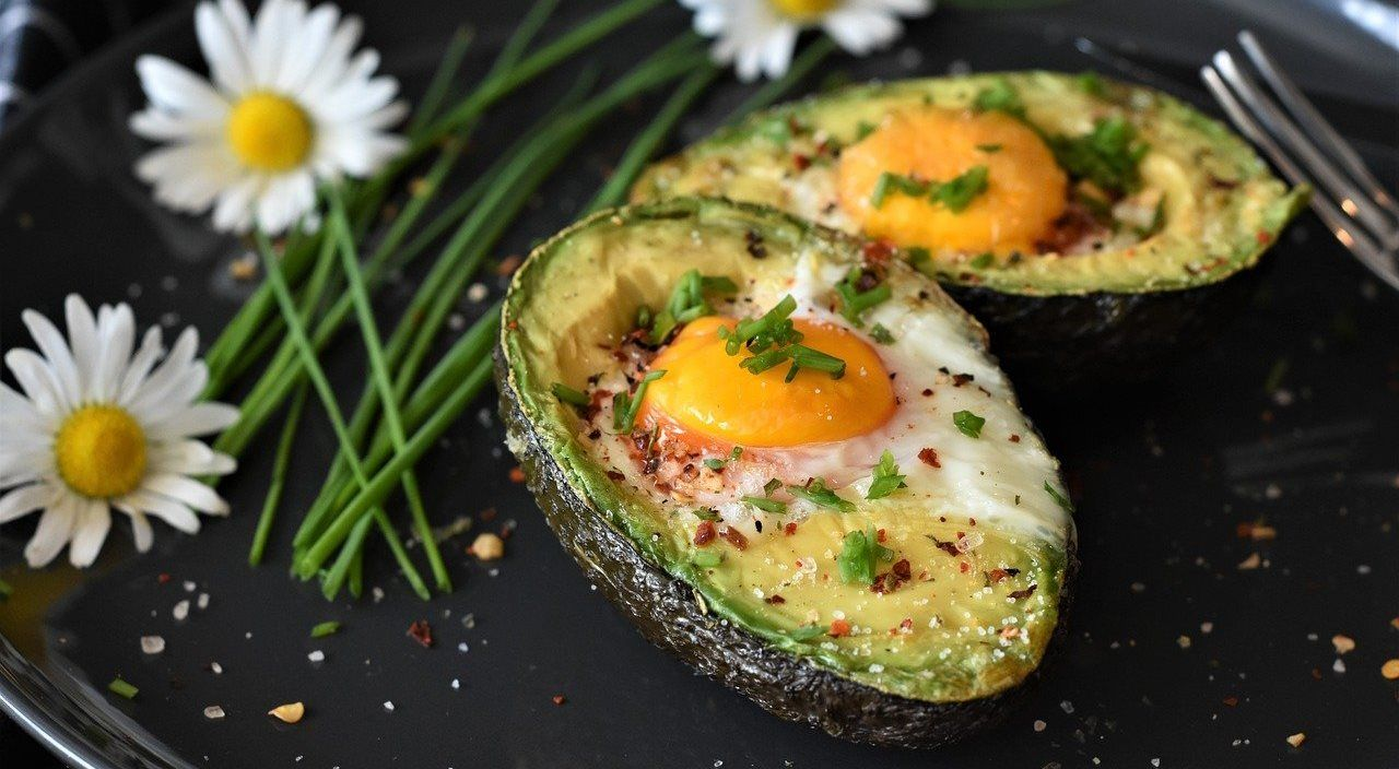 Куриные яйца, запеченные в авокадо © Изображение RitaE с сайта pixabay.com