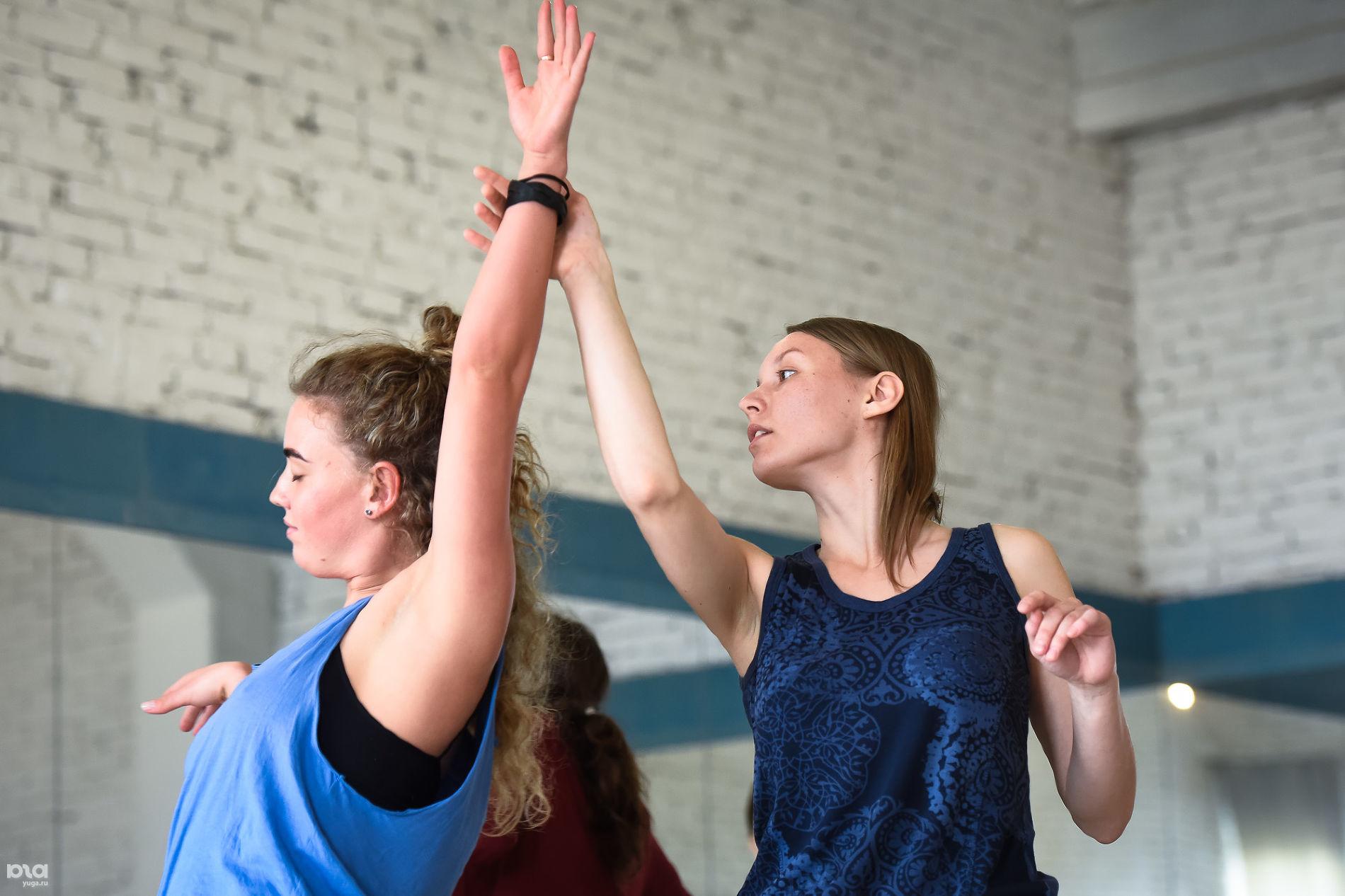 Мастер-класс по контактной импровизации в студии «Воздух» © Фото Елены Синеок, Юга.ру