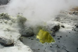 Фумаролы в кратере Мутновского ©Фото Андрея Калинова