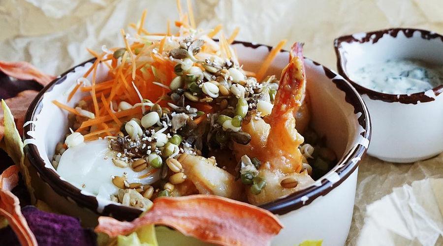 Боул с креветками и бурым рисом © Фото предоставлено кафе-маркетом «Хорошая еда»